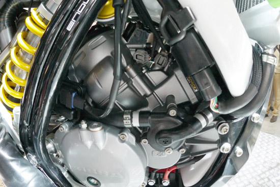 Der Zweitakt-Motor mit einem einteiligen Kurbelgehäuse und abnehmbaren Getriebe der Ossa Enduro 250i/300i bietet eine neue und revolutionäre Doppel-Einspritzanlage von Kokusan.