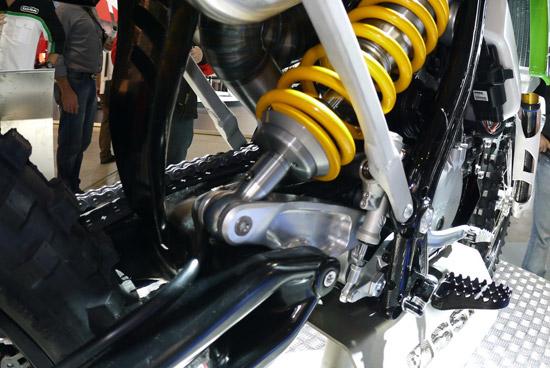 Dieser Stoßdämpfer arbeitet mit einem neuartigem Hebelsystem direkt auf die röhrenförmigen Schwinge.
