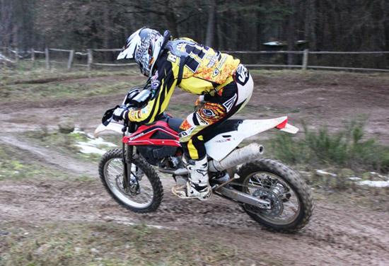 Nach einer Woche bei Zupin Moto Sport konnte nun endlich die neue Husqvarna TE 250 ihre ersten Runden drehen. Michael Röhrl fuhr auf Anhieb schnelle Rundenzeiten und fühlte sich sichtlich wohl auf dem neuen Bike. Für nächste Woche stehen dann noch Tests in Italien auf dem Plan, bevor es am 10 März auf Uelsen zur DEM geht.