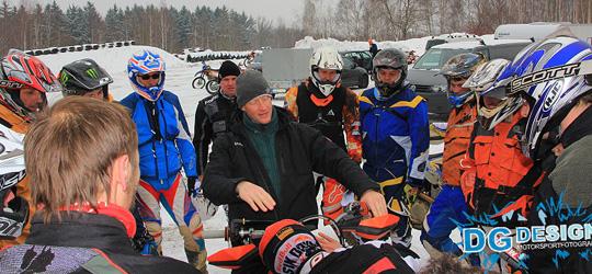 Der Trainer Marko Barthel erklärt vor Trainingsstart die korrekte Einstellung der Armaturen.