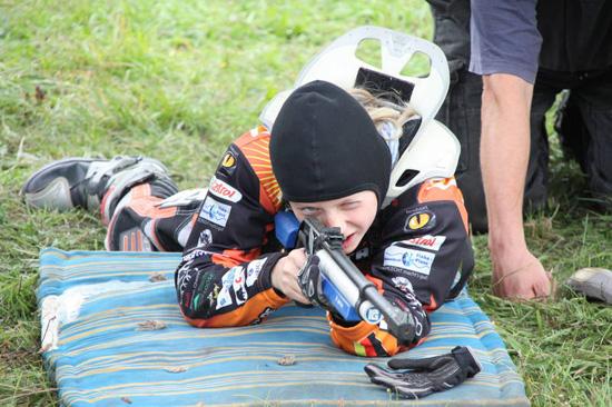Zum Motorradbiathlon gehört auch das genaue Treffen mit dem Gewehr. Im Bild Lynn Dohle vom Team MX Grünberg/Hennersdorf SV.