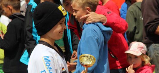 """Vierter Sieg in im vierten Rennen für den 12-jährigen Dennis Widmayer von MotorradreifenDirekt.de in der Klasse """"Wild Child 2""""."""