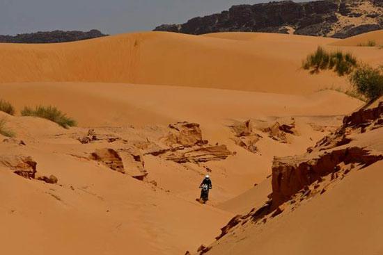 Viel Sand, Dünen und einsame, zum Teil steinige Strecken durch ein traumhaftes Land.