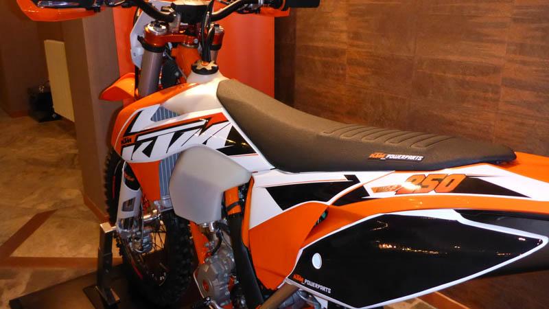Das ist nun die neue KTM EXC 2015, mit PowerParts-Teilen.