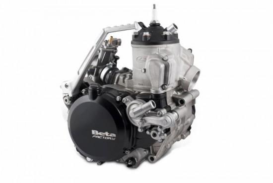 Beim 2-Takt-Motor ist der elektrische Anlasser unter dem Motor angebracht.