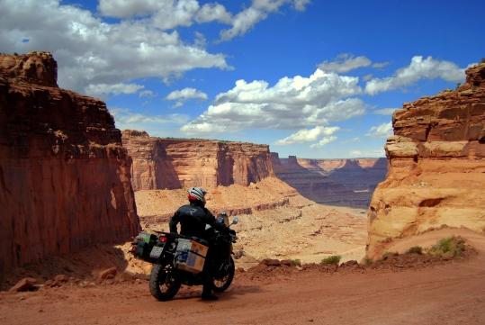Der Online-Reifenhändler MotorradreifenDirekt.de unterstützt Daniel Büttiker und Sylvia Sachs mit frischen Reifen auf ihrer Panamericana-Tour.