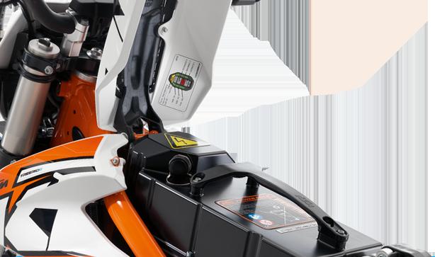 KTM POWERPACK Der KTM PowerPack – ein Druckguss-Aluminiumgehäuse mit 360 Lithium-Ionen-Batteriezellen und dem BMS (Battery Management System). Die Leistung reicht für etwa eine Stunde Fahrt aus (je nach Fahrstil und Gelände). Einfach den Sitz hochklappen und vier Schrauben lösen, um den KTM PowerPack gegen einen frisch aufgeladenen zu tauschen.