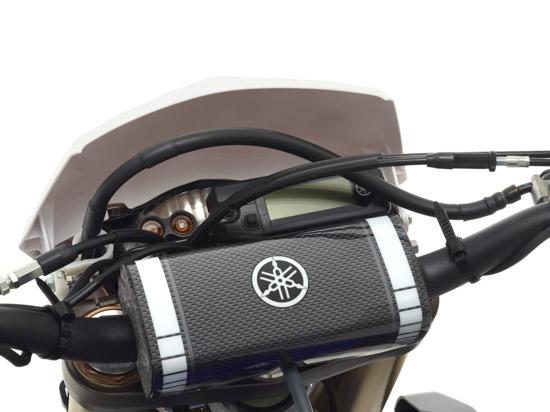 Das kompakte und leichte Cockpit beschränkt sich auf einen Tacho und Warnleuchten für Kraftstoffstand und Motorstörung.