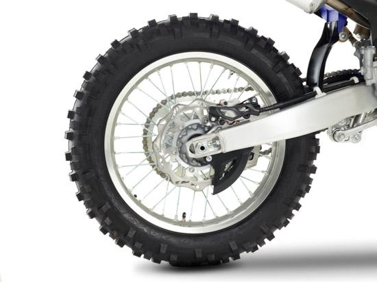 Die WR hat ein 18 Zoll großes Hinterrad und mit dem Metzeler 6 Days Extreme kommen reinrassige Enduroreifen zum Einsatz