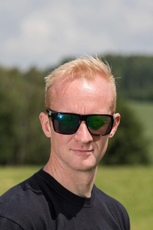 Eine gute Passform und breite Bügel sind die Besonderheiten der 100% FIT Sonnenbrille