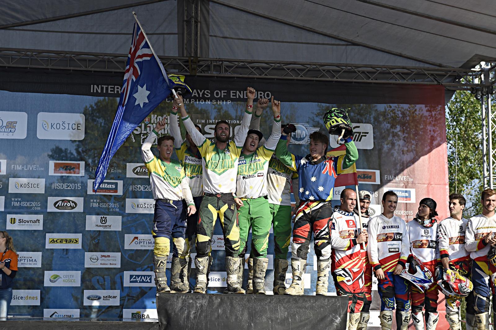 Das Australische World Trophy Team ging aus Protest aufs oberste Treppchen, als Frankreich kam verließ die Mannschaft die Siegerehrung und feierte auf einem Gegenhang weiter
