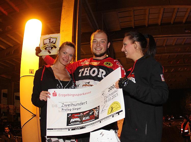 Marco Neubert freut sich über den ersten Pokal des Wochenendes