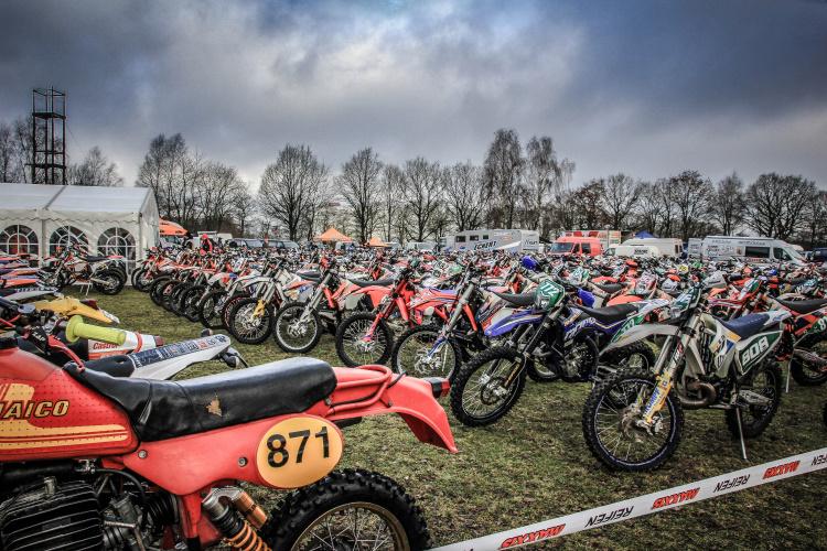 Man hatte mit der Norddeutschen Meisterschaft, den Enduro-Rallye-Cup und auch der Landesmeisterschaft Mecklenburg-Vorpommern gleich 3 große Prädikate in die Kleinstadt oberhalb von Hamburg geholt - 229 Fahrer sorgten für einen Guten Auftakt
