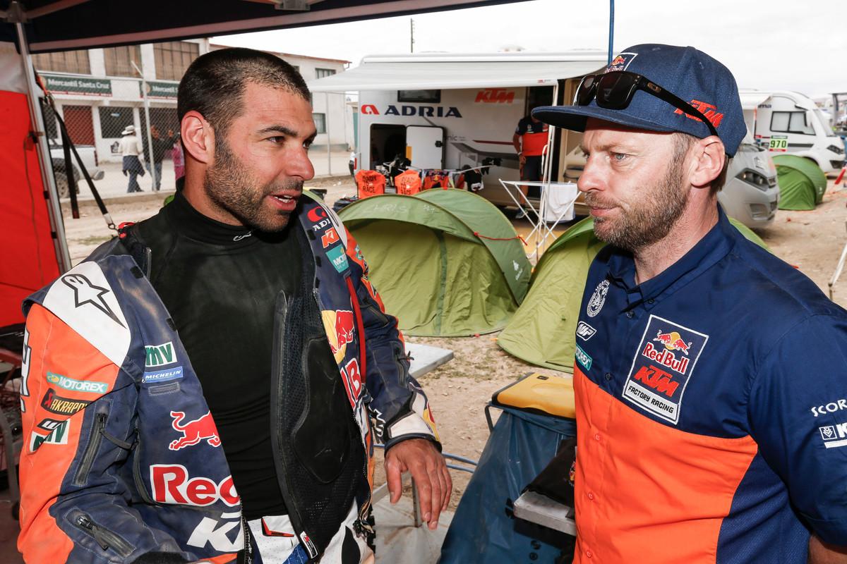 Tagessieger Antoine Meo (li.) im Gespräch mit Teammanager Alex Doringer (re.)