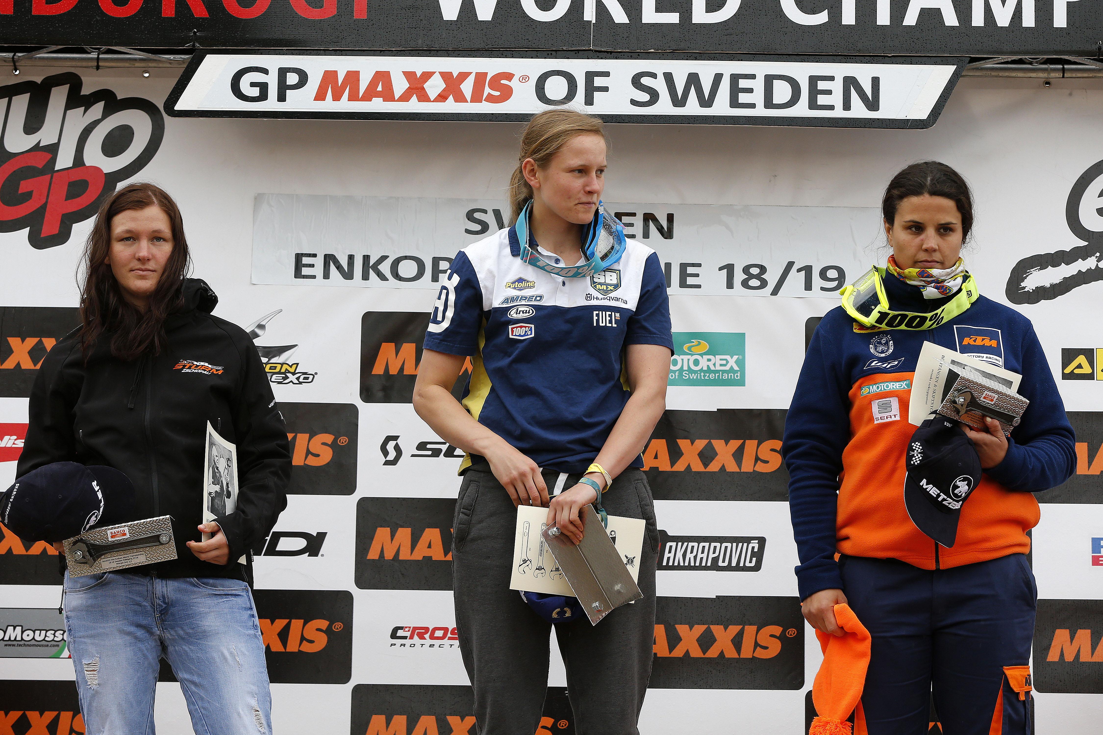 Podium der Damen: Jane Daniels (mi) gewinnt am Samstag vor Maria Franke (li) und Laia Sanz