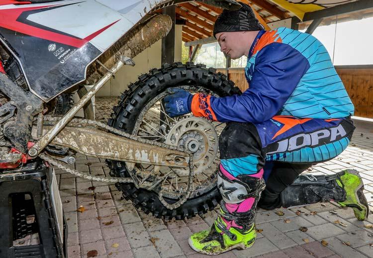 Eddie beim Einbau eines Hinterradreifens